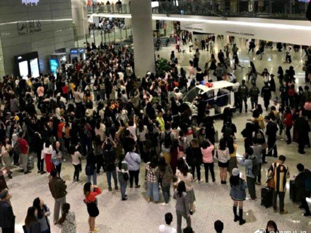 Terlalu Terobsesi Bertemu Artis, Para Penggemar Rusak Fasilitas Bandara