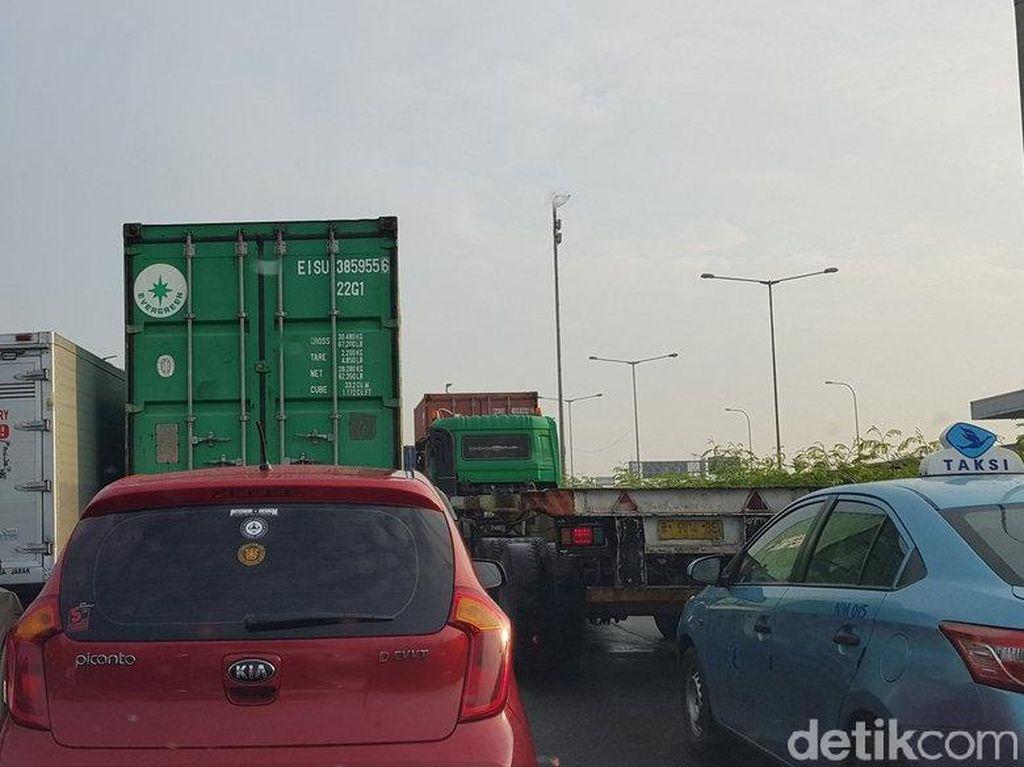 Tol Tanjung Priok Macet Parah Imbas Bongkar Muat di Pelabuhan