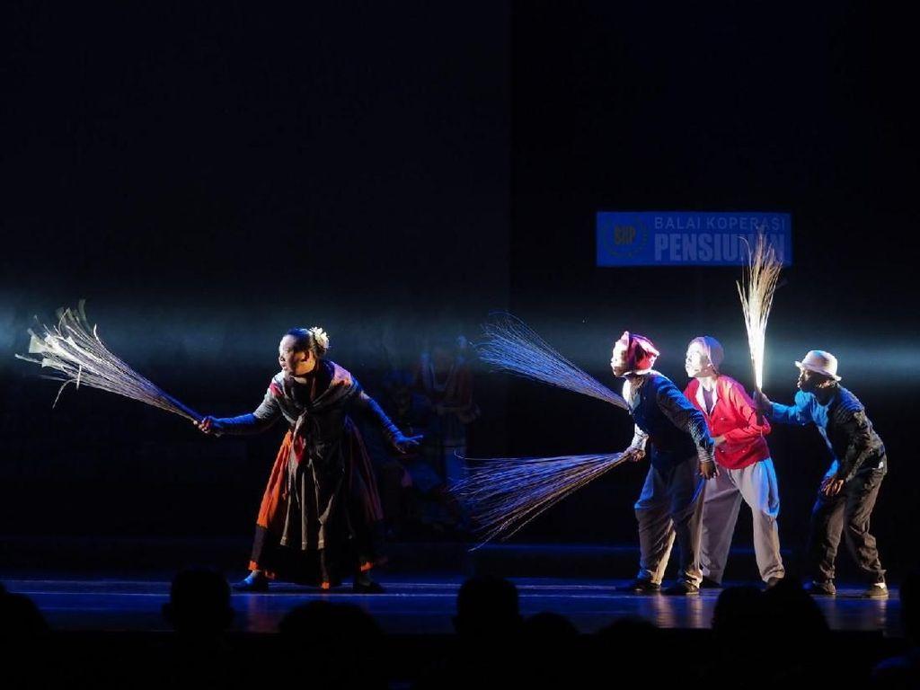 Teater Gandrik Tetap Pentaskan Para Pensiunan 2049 di Surabaya Desember