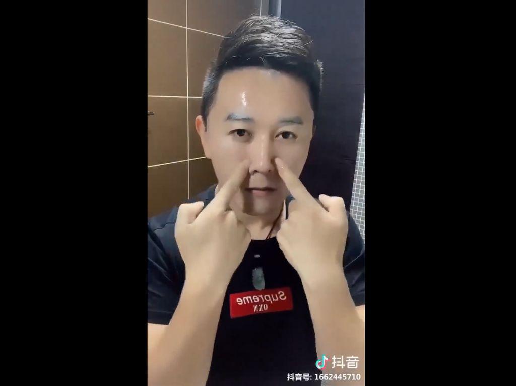 Punya Kemampuan Luar Biasa Pakai Masker Wajah, Pria Ini Buat Takjub Netizen