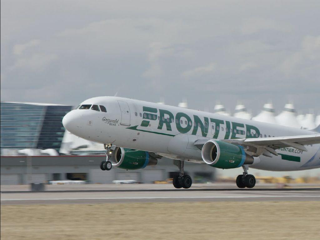 Tenangkan Bayi Menangis di Pesawat, Pramugara Ini Dipuji