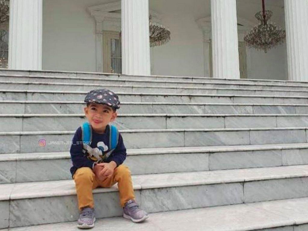 Gemasnya Jan Ethes Foto di Tangga Istana Negara