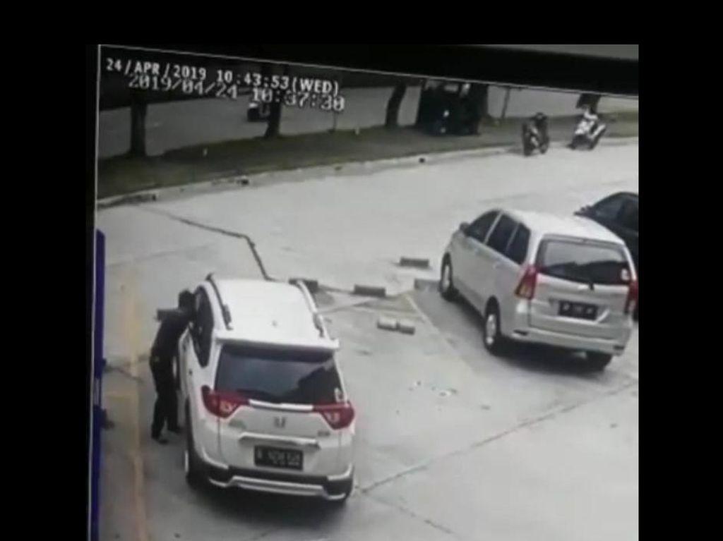 Pencurian Modus Pecah Kaca Mobil di Bekasi Terekam CCTV, Rp 15 Juta Raib