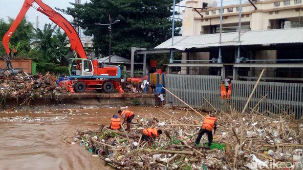 Pantau Pintu Air Manggarai, Anies: Sampahnya 170 Ton Kurang 24 Jam
