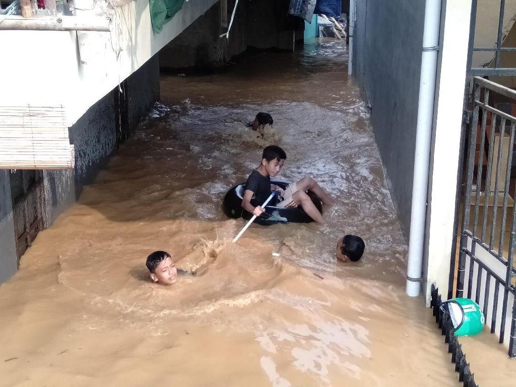 Banjir Kiriman Masih Jadi Ancaman Warga DKI di Bantaran