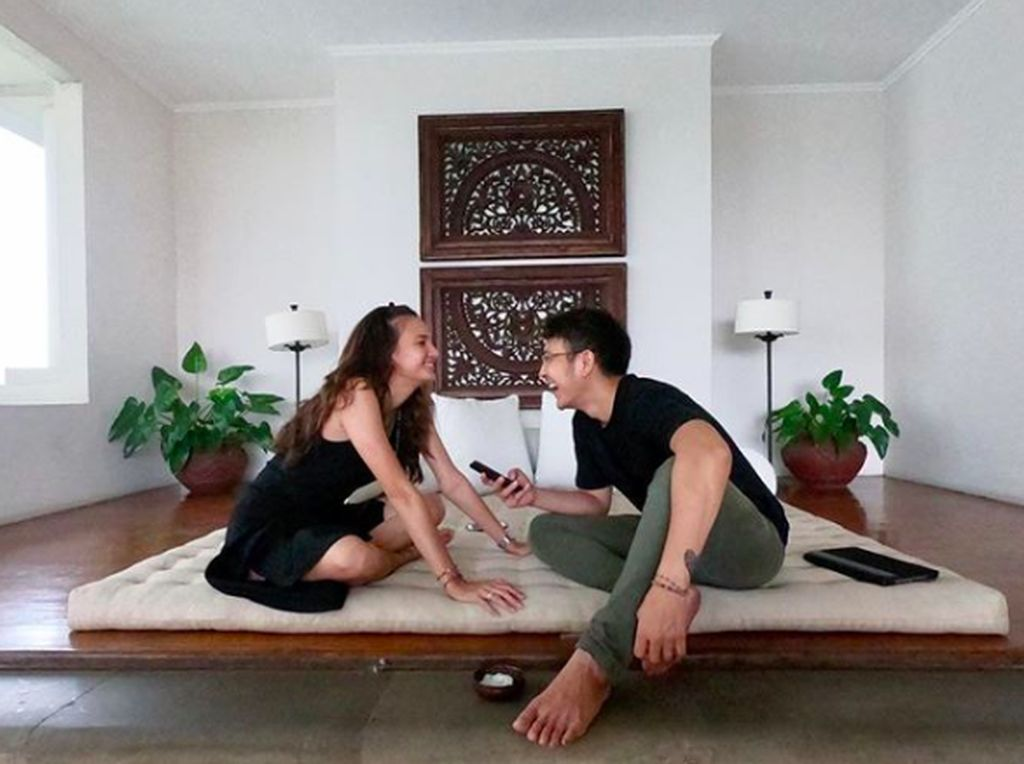 Cara Nadine Chandrawinata Atasi Bosan Tunggu Suami Pulang