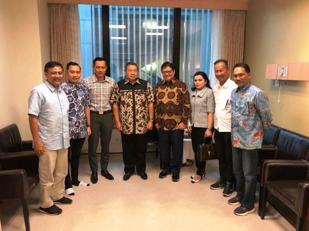 Airlangga Jenguk Ani Yudhoyono di Singapura, Disambut SBY-AHY-Ibas