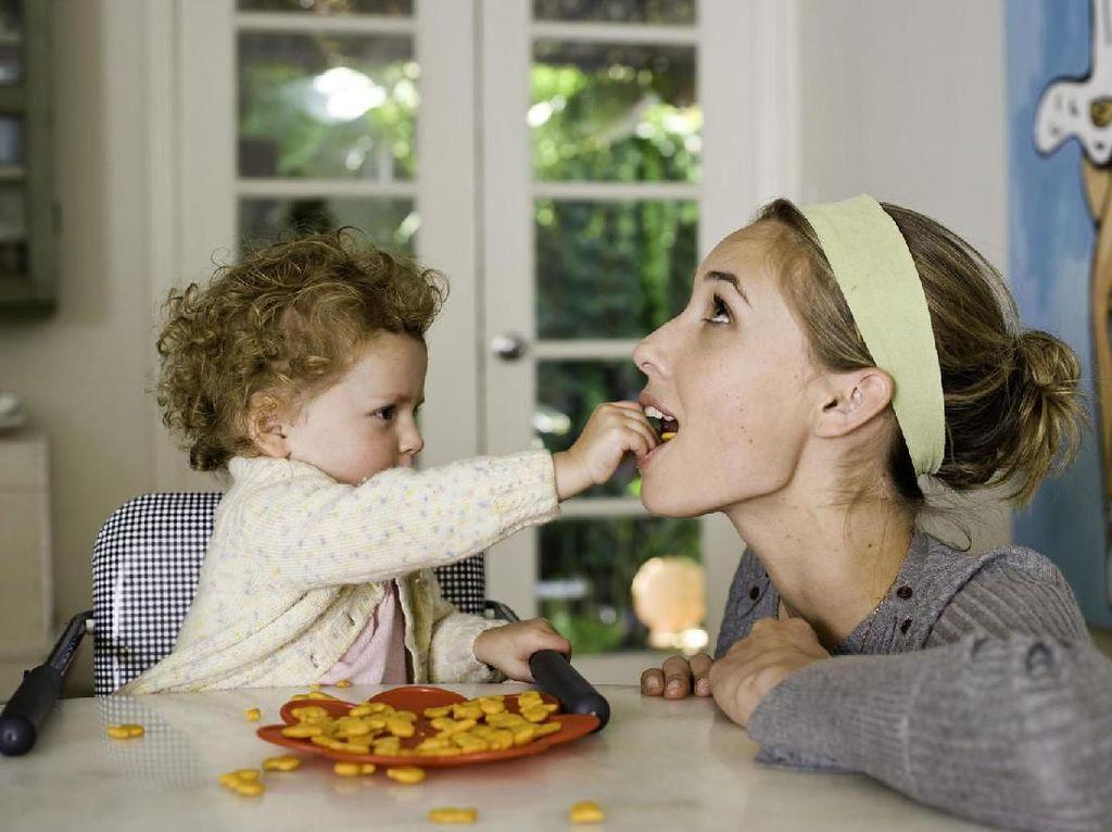 Cerita Pengalaman Makan Tak Terduga Saat Urus Bayi, Curhatan Ibu Ini Jadi Viral
