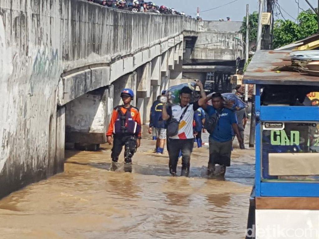 Banjir Rendam Kawasan Cililitan Jaktim, Warga Mengungsi ke Pinggir Jalan