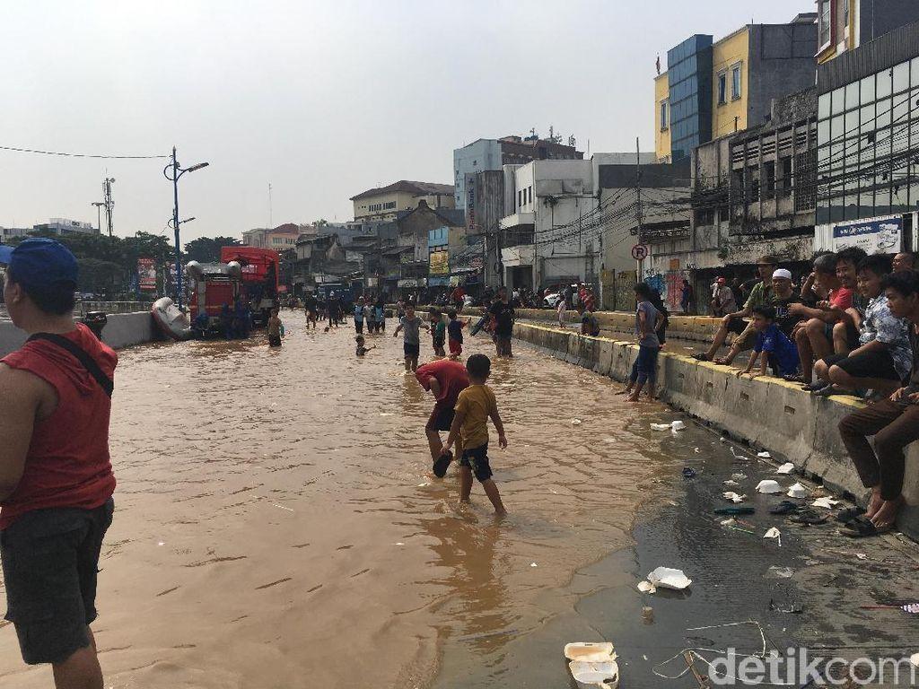 Ciliwung Meluap, Jalan Jatinegara Barat Ditutup