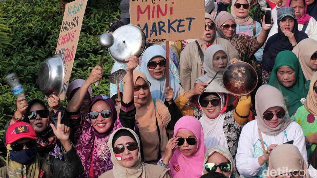 Bawa Perlengkapan Dapur, Emak-emak Pendukung Prabowo Demo KPU