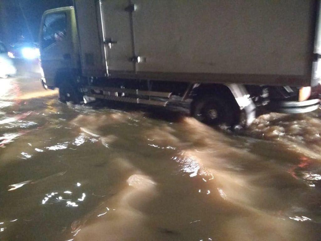 Banjir Tol Bintaro-Serpong Mulai Surut, Kendaraan Besar Bisa Melintas