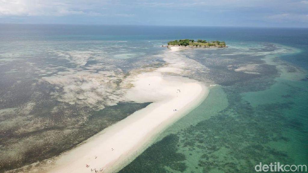 Foto: Fenomena Laut Terbelah di Lombok