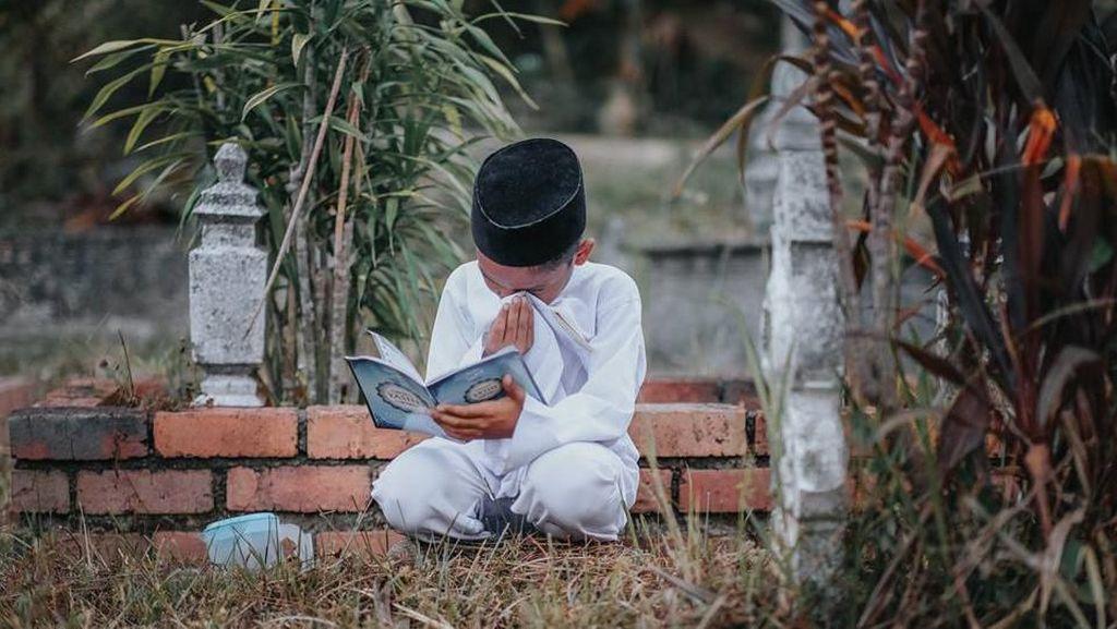 Foto Viral Bocah Ziarah ke Makam Ibunya Bikin Nangis, Ini Faktanya