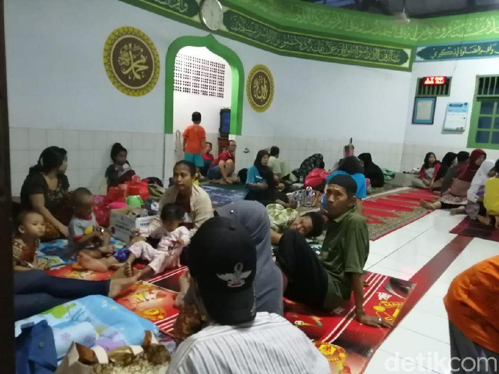 Warga Cililitan yang Terdampak Banjir Tidur di Posko Pengungsian