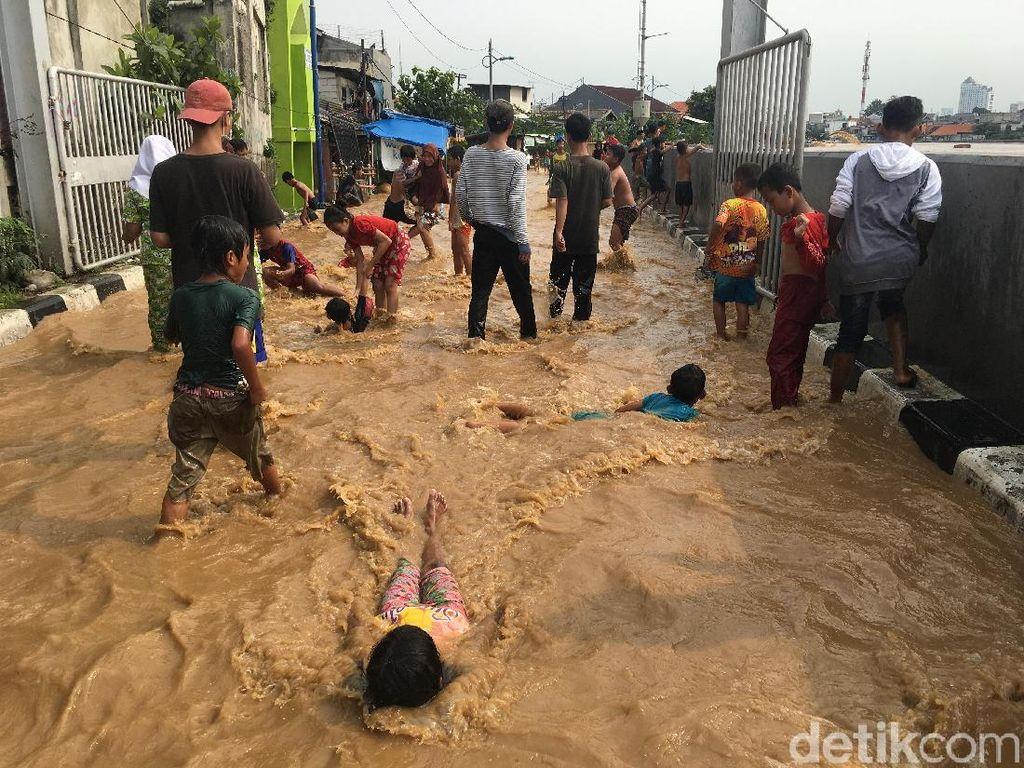 Kegembiraan Anak Kp Pulo Berenang di Air Keruh Luapan Sungai Ciliwung