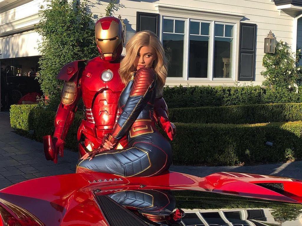 Pose Bareng Iron Man, Kylie Jenner Pamer Gaya Seksi Jadi Captain Marvel