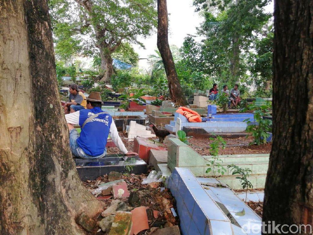 Tunggu Banjir Surut, Belasan Warga Cawang Ini Mengungsi di Kuburan