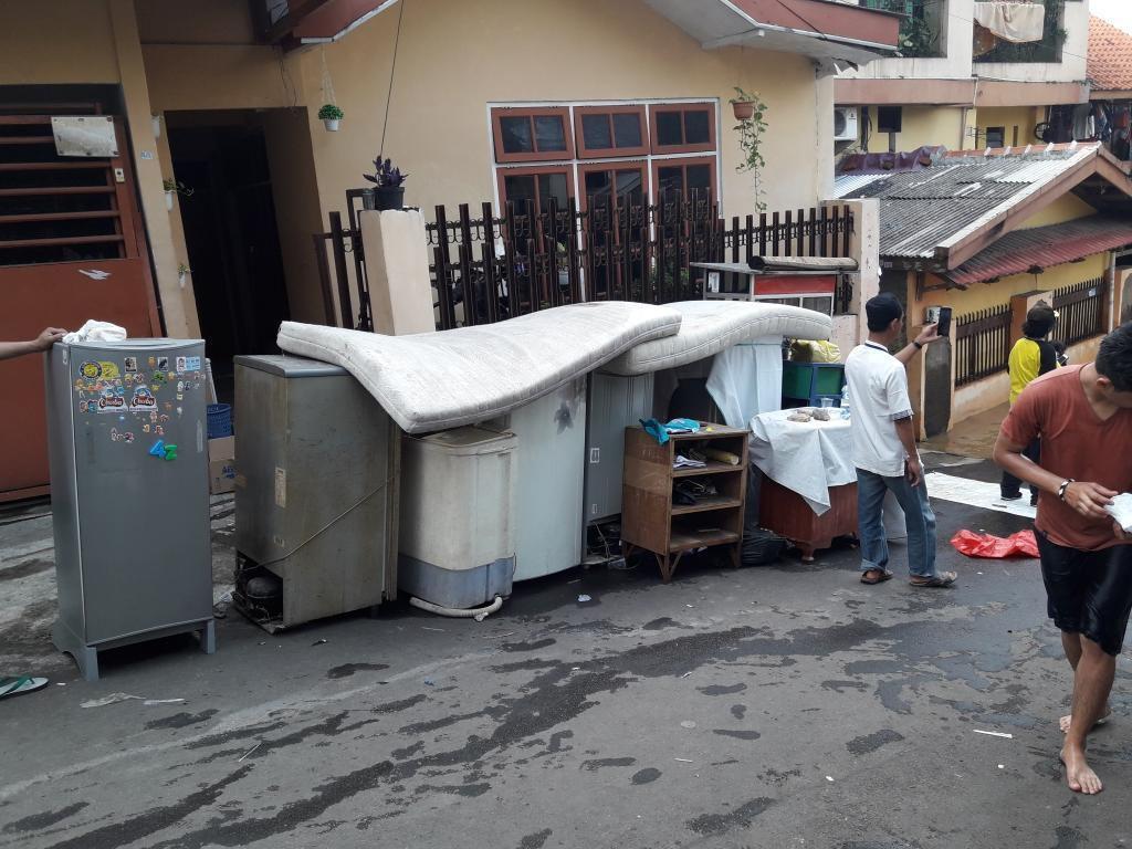 Rumah Kebanjiran, Warga Ungsikan TV hingga Kulkas ke Pinggir Jalan