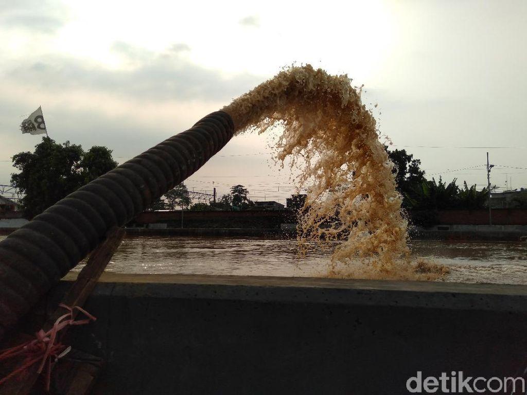 Mobil Pompa Dikerahkan Sedot Banjir di Kampung Pulo
