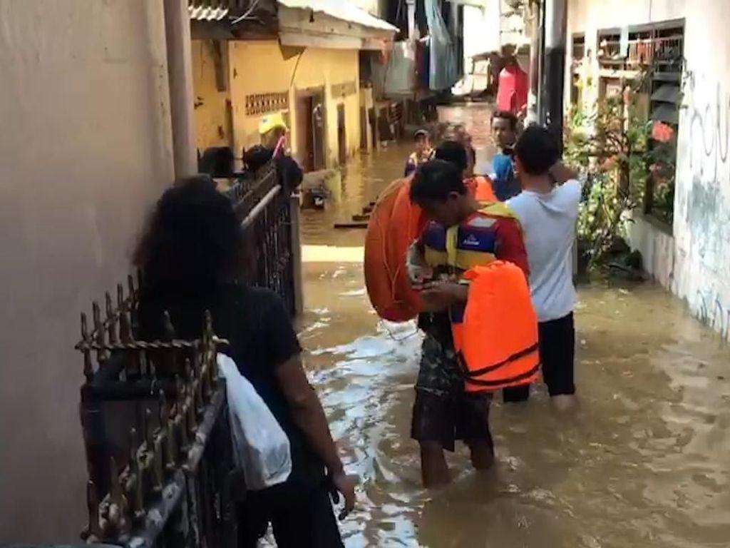 Video Banjir Kepung Perumahan di Kampung Melayu