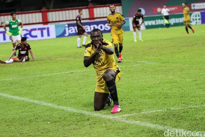 Herman Dzumafo merayakan golnya.