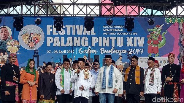 Gubernur DKI Jakarta Anies Baswedan membuka Festival Palang Pintu di Kemang, Jakarta Selatan, Sabtu (27/4/2019)