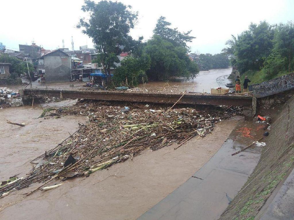 Suami Jelaskan Kronologi Korban Tewas Terseret Arus Banjir Jakarta