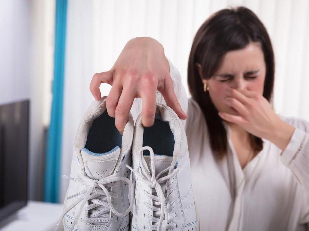 Bukan Dicuci, Ini Trik Simpel Hempaskan Bau Tak Sedap pada Sepatu