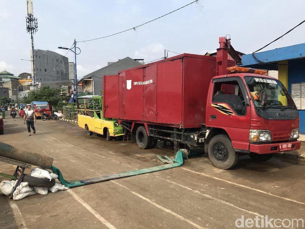 Banjir Surut, Mobil Pompa Masih Disiagakan di Kampung Pulo