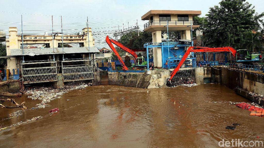 Penampakan Terkini Tumpukan Sampah di Pintu Air Manggarai