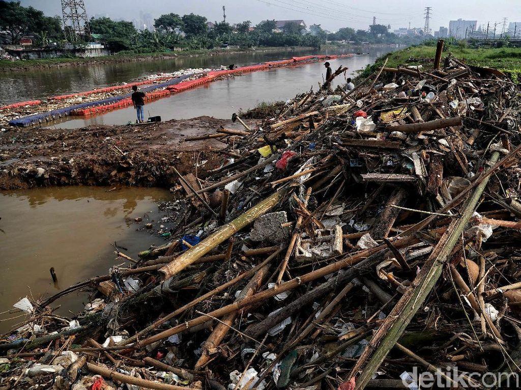 Tumpukan Sampah Penuhi Sungai BKB Petamburan