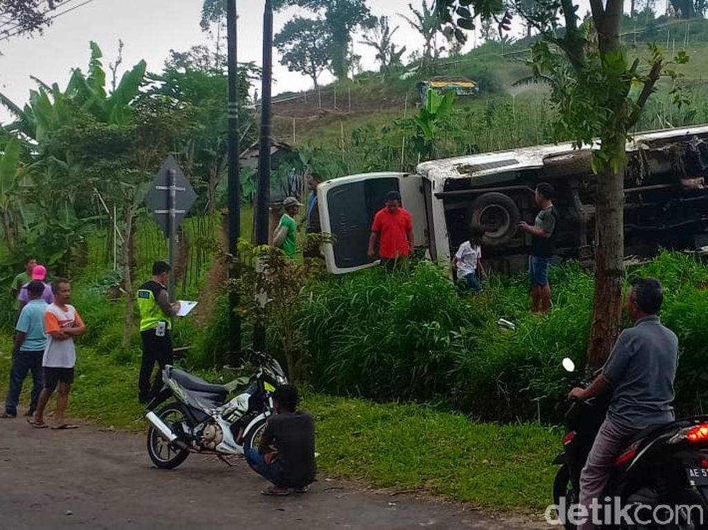 Mobil Rombongan Wisatawan dari Klaten Terguling di Sarangan, 1 Tewas