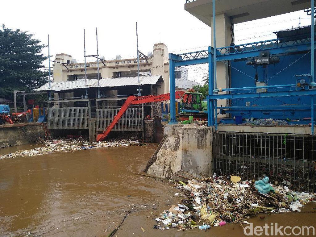 Ketinggian Air di Pintu Manggarai Turun, Warga Tetap Diimbau Waspada
