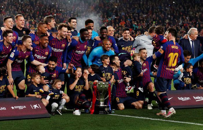 Begini penampakan pesta juara Barcelona usai mengalahkan Levante. REUTERS/Albert Gea.