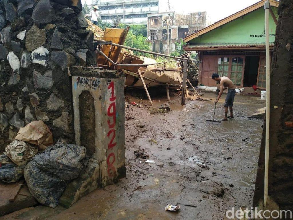 Banjir Mulai Surut, Warga Cawang Bersihkan Rumah dari Lumpur