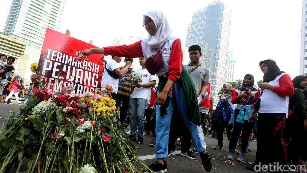 Aksi Tabur Bunga untuk Penghormatan Pejuang Pemilu