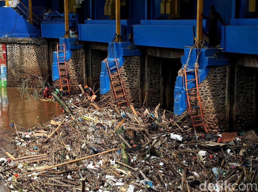 Gunungan Sampah di Pintu Air Karet