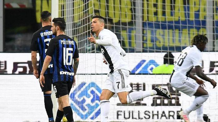 Cristiano Ronaldo melesakkan gol di laga Inter Milan vs Juventus dalam lanjutan Liga Italia. (Foto: Daniele Mascolo/Reuters)