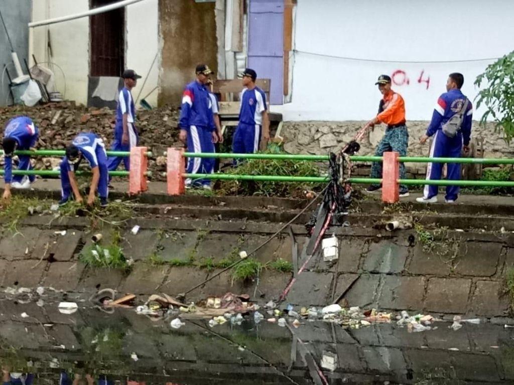 Kemenhub & Lantamal VI Bersih-bersih Kanal Panampu Makassar