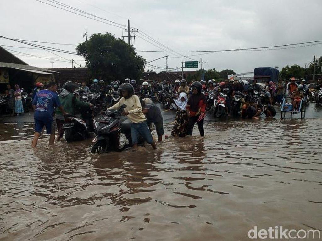 Banjir Setinggi 80 Cm, Jalur Pantura Kraton Pasuruan Lumpuh