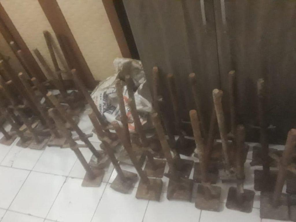 Duh!! 2 ABG Ini Curi Besi Steger di Proyek Jalan Tol di Tangerang