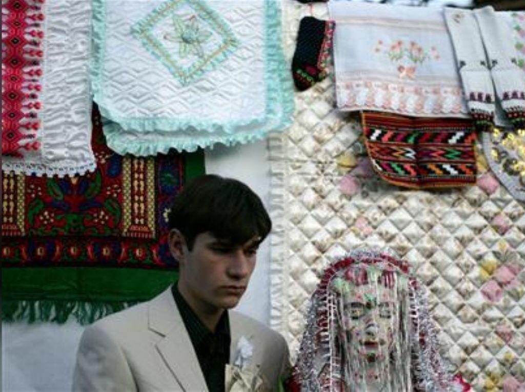 Foto: Tradisi Pernikahan Tutup Mata dan Muka Dicat Putih