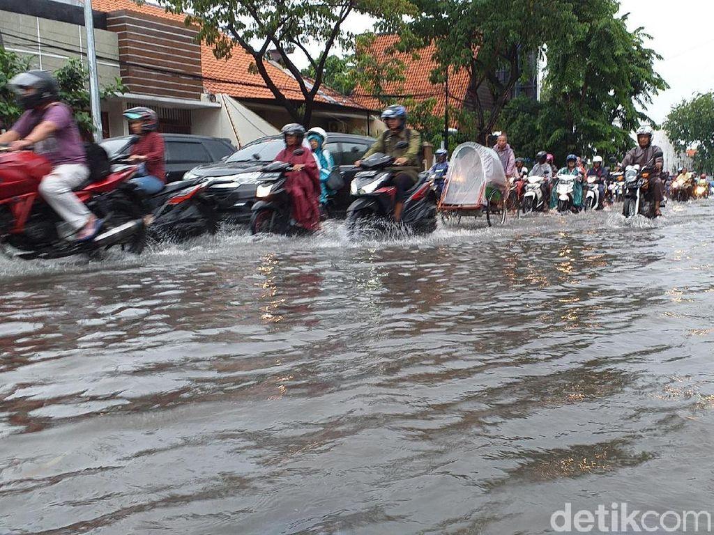 10 Titik Jalan Protokol Surabaya Menggenang Usai Diguyur Hujan