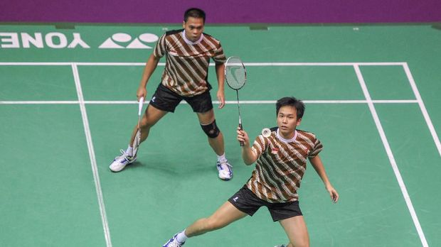 Indonesia's Markis Kido (L) and Hendra Setiawan return a shuttlecock to China's Yun Cai and Haifeng Fu during the men's double semifinals of the Badminton World Championships  2010 on August 28, 2010 at the Stade Pierre de Coubertin in Paris. China won 21-16, 21-13.     AFP PHOTO / MIGUEL MEDINA (Photo by MIGUEL MEDINA / AFP)