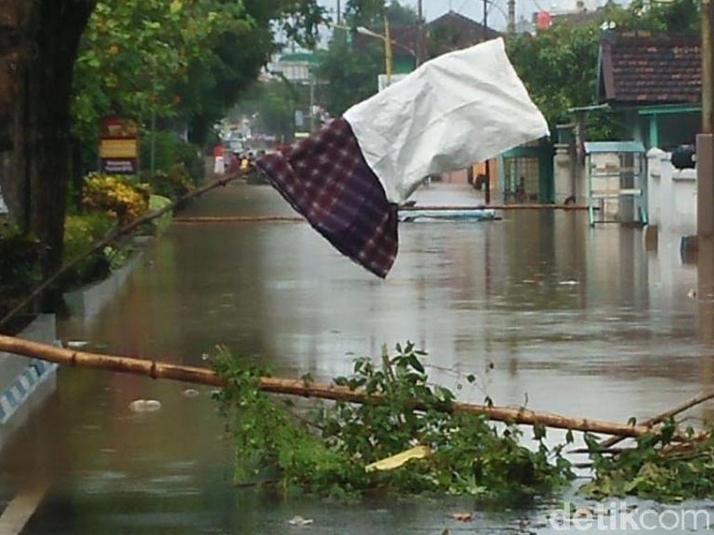 Banjir 1 Meter, Puluhan Warga Pasuruan Mengungsi