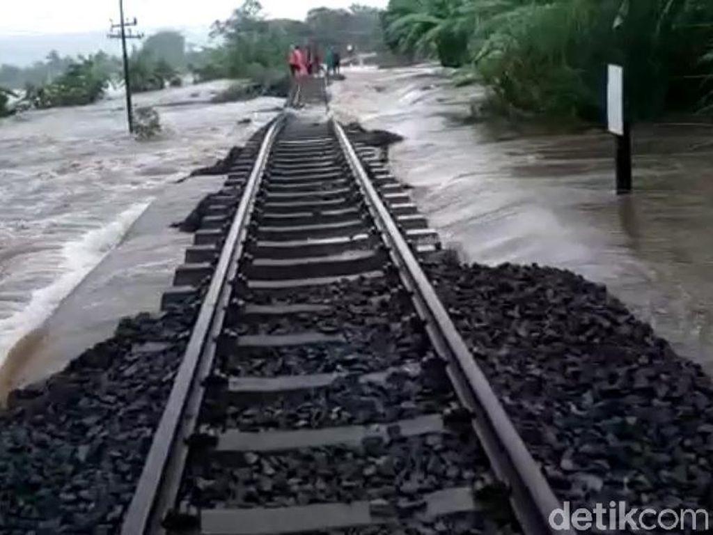 Batu Kricak Rel KA Terbawa Arus Banjir, Jalur di KM 58 Masih Lumpuh