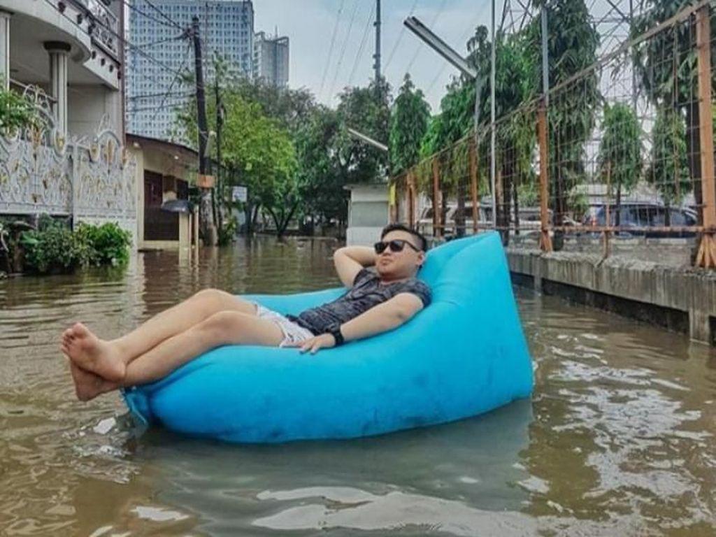 Sindir Pemkab Bekasi, Pria Ini Bersantai di Atas Genangan Banjir