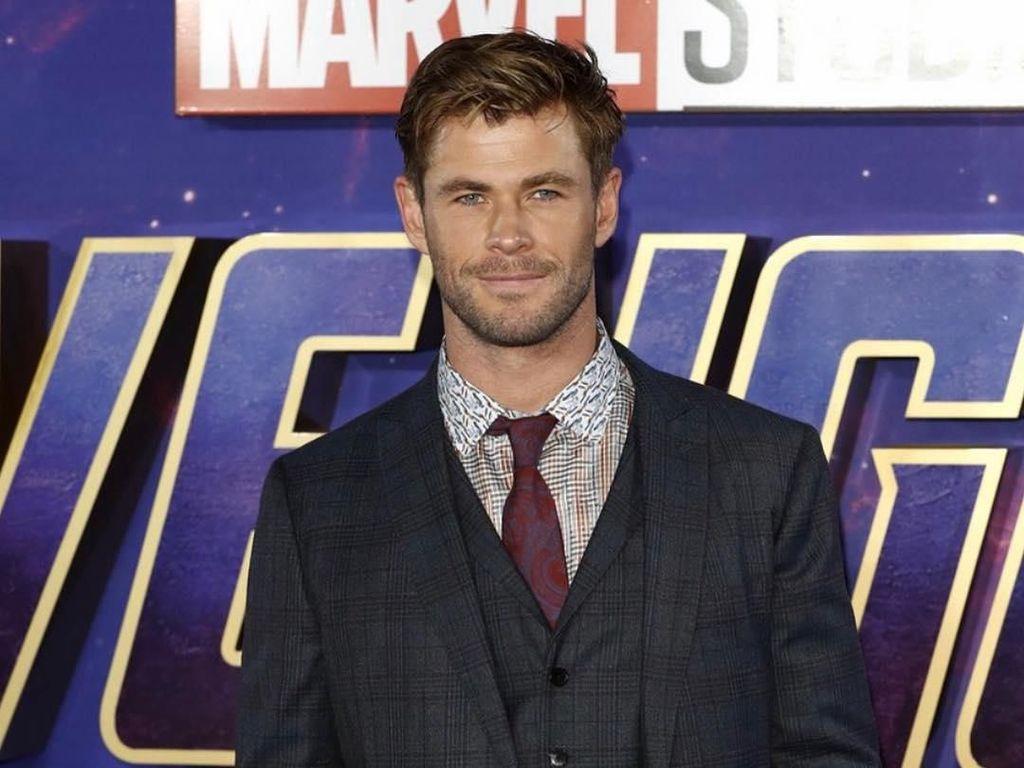 Hot Daddy! Serunya Chris Hemsworth Bantu Kemas Makanan di Sekolah Anaknya