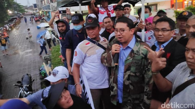 Relawan Prabowo-Sandi Bermalam Jaga Baliho, Syamsuddin: Kasihan, Seperti Ini!